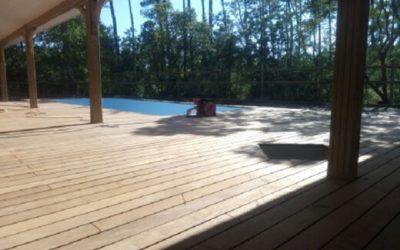 Terrasse autour d'une piscine à LACANAU (33)